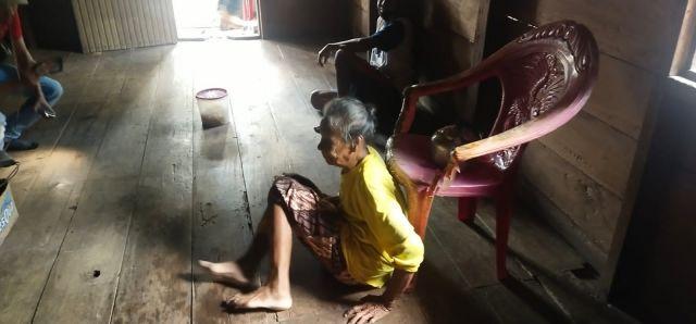 Hidup Sendiri, Rumah Nenek ini Tanpa dialiri Listrik
